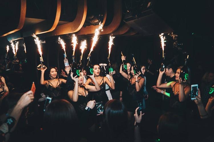 1oak nightclub Tokyo sexy waitresses holding champagne bottles
