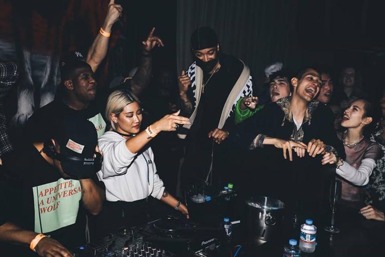 1oak nightclub Tokyo dj mixing music pretty blonde girl singing