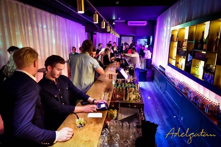 Adelgatan Club nightclub Malmö bar view alcohol drinks bottles men drinking vodka cocktail