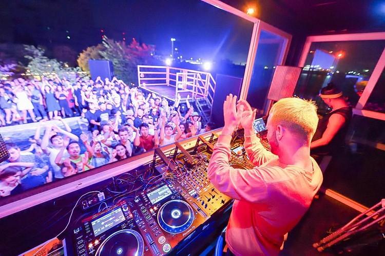 Ageha nightclub Tokyo dj mixing music crowd dancing