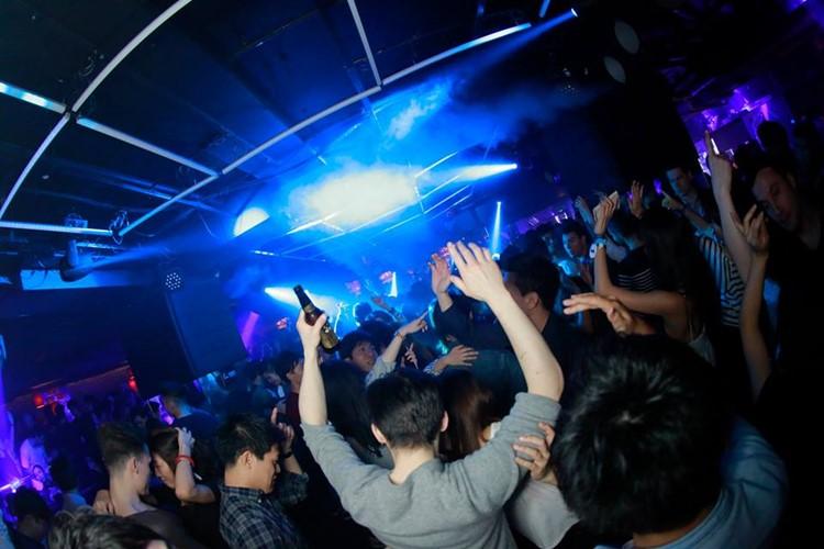 Alife nightclub Tokyo crowd dancing partying