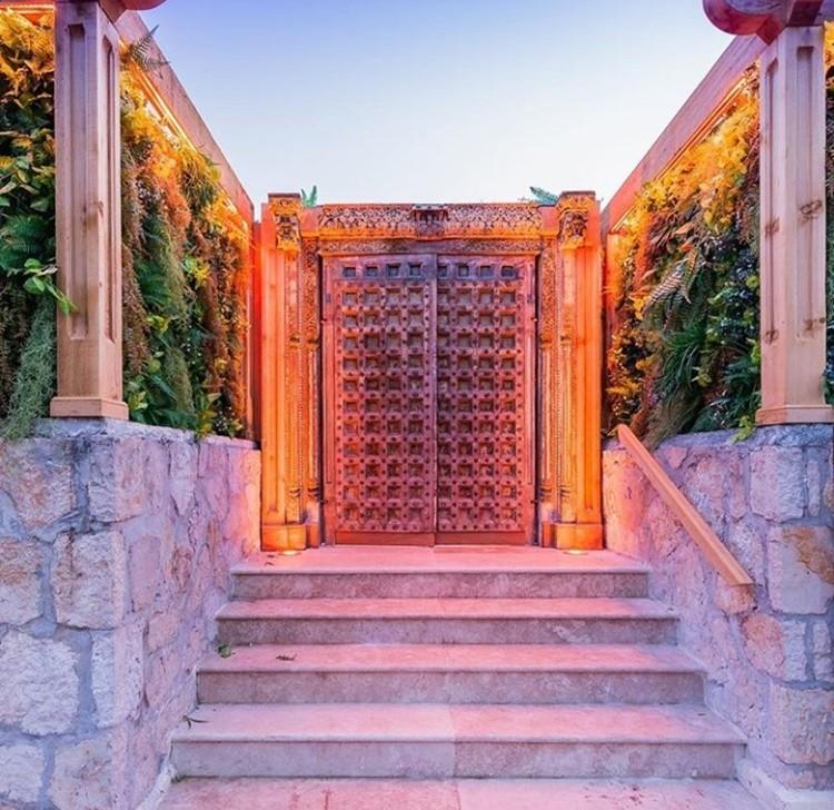 Baoli nightclub Cannes view of the big gate entrance