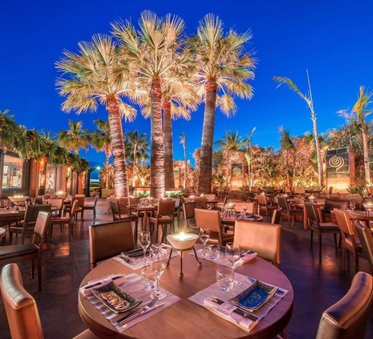 Baoli nightclub Cannes dining tables outside palm trees