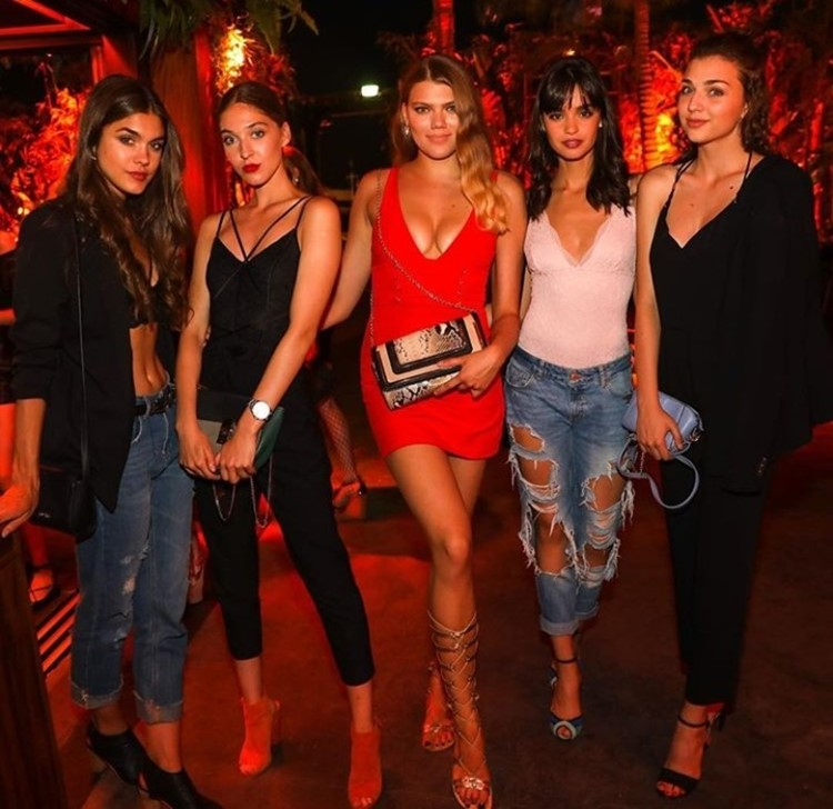 Baoli nightclub Cannes group of beautiful girls brunettes and blondes