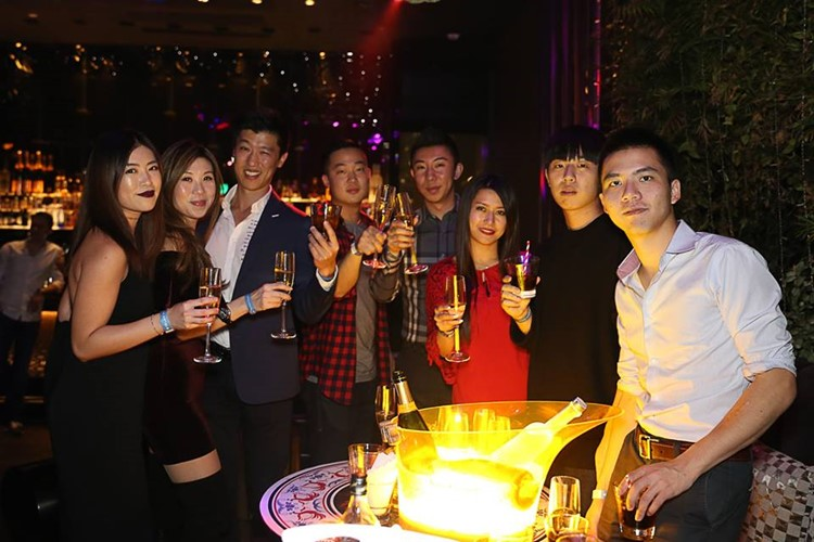 Ce La Vi nightclub Hong Kong vip table booking group of girls and boys having drinks