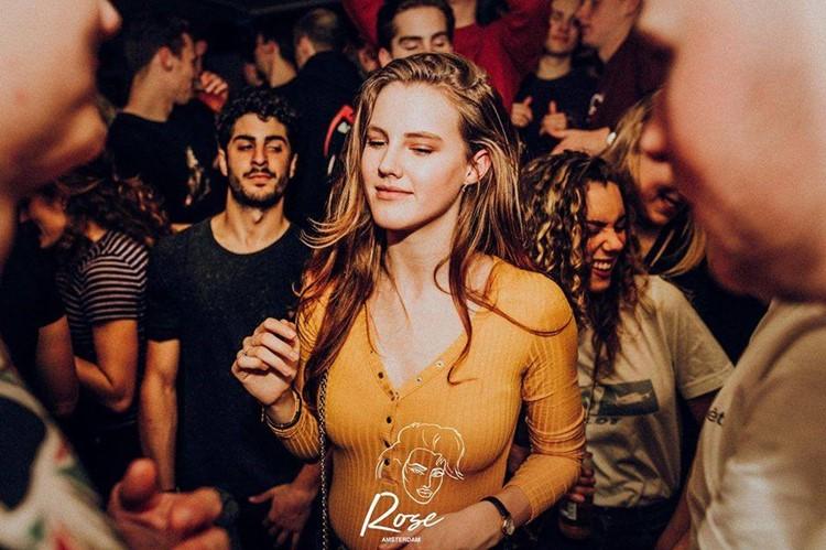De ClubUp nightclub Amsterdam pretty brunette girl drinking dancing