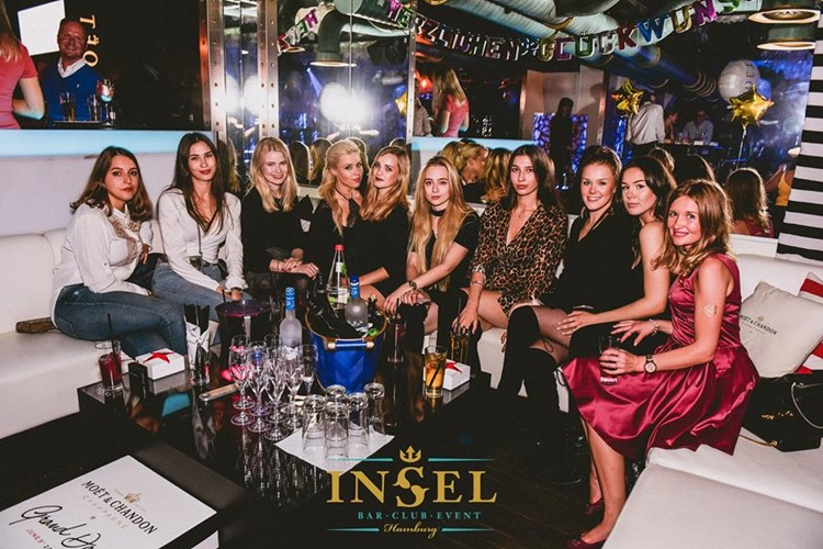 Die Insel nightclub Hamburg group of blonde and brunette girls at birthday party