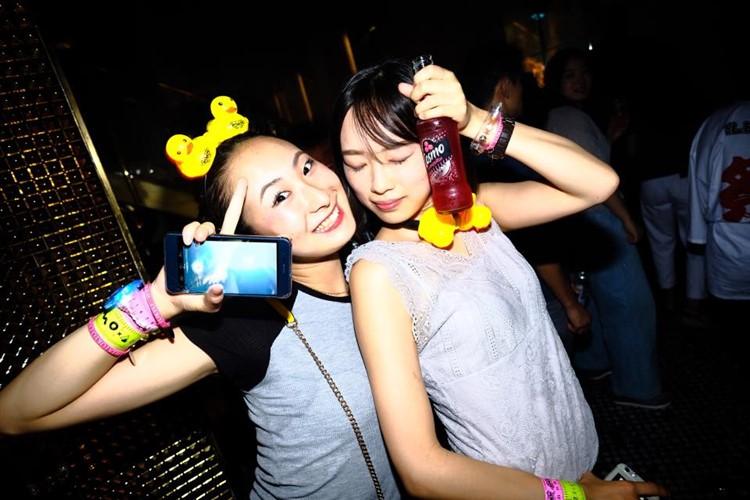 Ele nightclub Tokyo kawaii girls partying