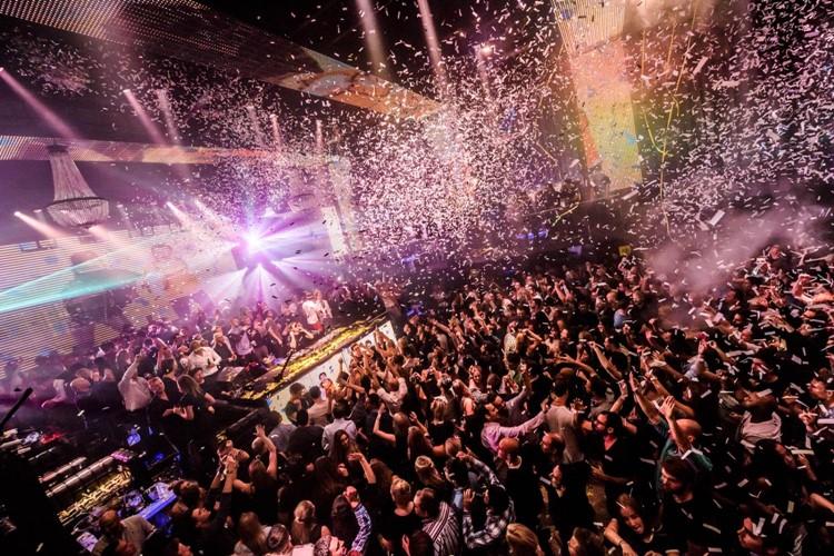 Escape nightclub Amsterdam big event full crowd confetti in the air