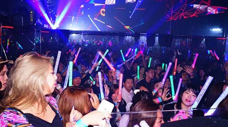 Kitsune nightclub Tokyo crowd having fun colored lights