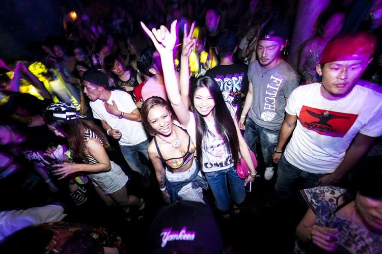 Kitsune nightclub Tokyo crowd partying