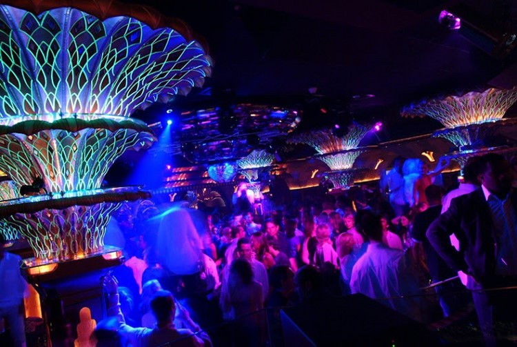 Party at Les Caves VIP nightclub in St Tropez. Find promoters for guest list in Clubbable