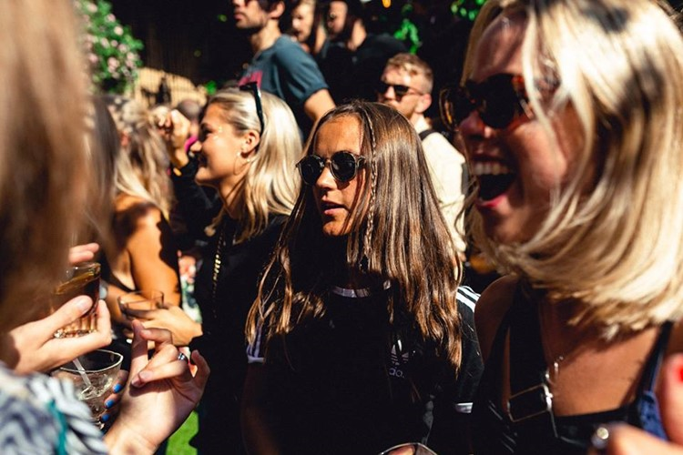 Lounges Club nightclub Gothenburg party girls dancing