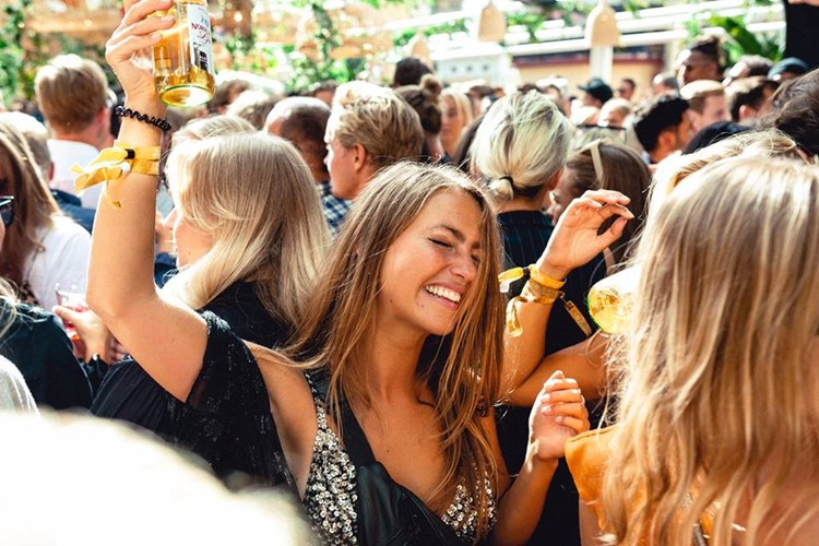 Lounges Club nightclub Gothenburg girls dancing drinking