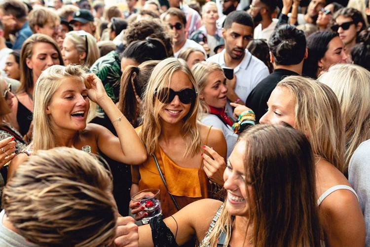 Lounges Club nightclub Gothenburg blonde girls drinking alcohol dance