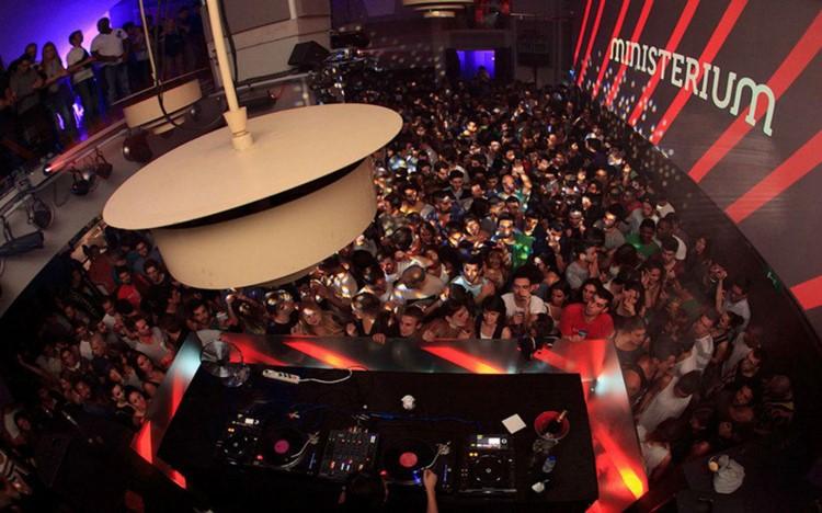 Ministerium nightclub Lisbon people having fun dancing