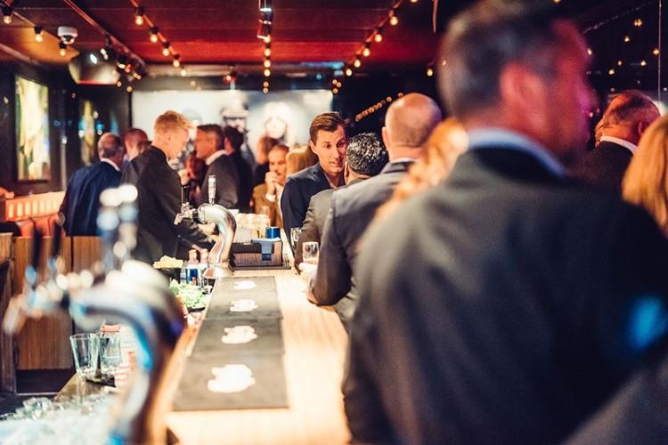 Park Lane Show club nightclub Gothenburg party drinks at bar men women