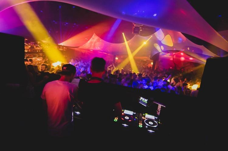 Plaza Klub nightclub Zurich dj mixing music people dancing