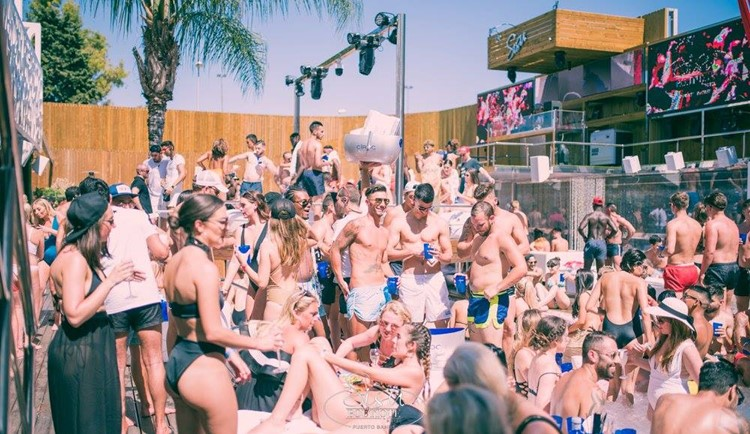 Sisu dayclub Marbella crowd of people having fun and dancing
