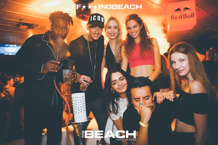 The Beach Club nightclub Milano party group drinking alcohol table reservation