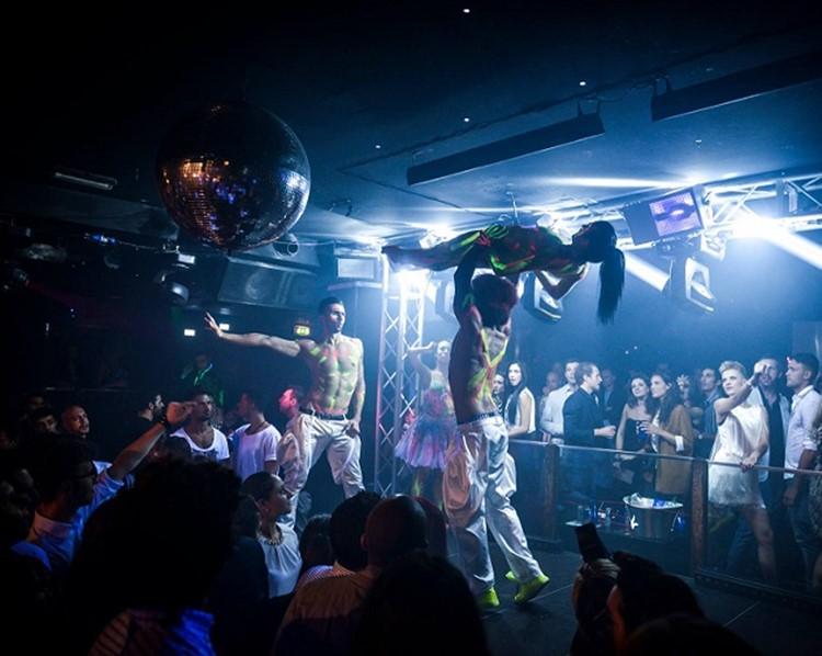 The Club nightclub Milano dancers crowd drinking show event