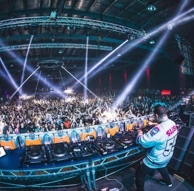 Uniun nightclub Toronto dj mixing music for crowd