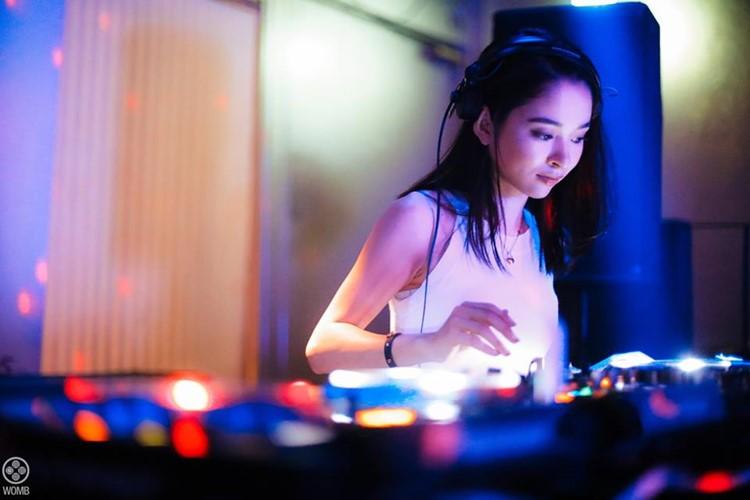 Womb nightclub Tokyo girl dj mixing