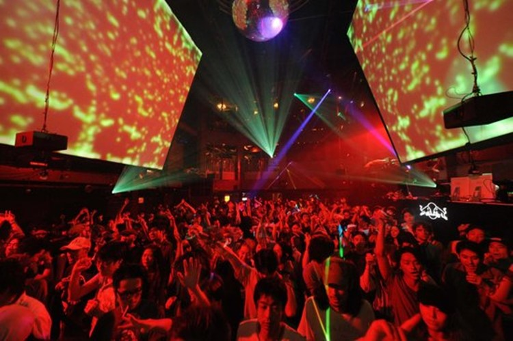 Womb nightclub Tokyo spectacular show crowd partying